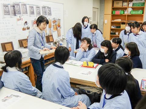 女子美校内のアトリエで来校した教授から直接指導を受けられる貴重な機会。