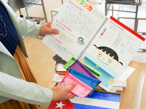 夏休みのレポートは手書きがルールで、力作ぞろい。