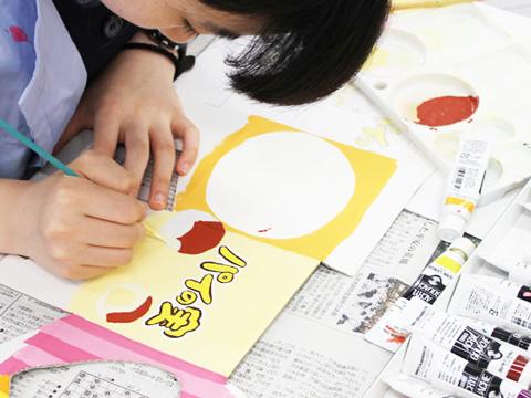 女子美に入学する生徒は美術が好きな子ばかり。創作を通してお互いの個性を認め合い、切磋琢磨しながら成長できる環境です。