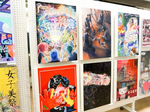 人々が足を止めて見入っていた女子美祭ポスターの候補作品たち。高校2年生全員が描いた約200作品の中から、美術教師や各クラスのポスター係が5作品まで絞り、その中から全校生徒の投票で1作品が選ばれます。