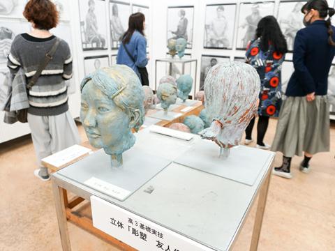 高3基礎実技「彫塑~友人像~」は頭部の大きな捉え方から顔の細部の表現まで、粘土を使って立体を追求。立体制作によって顔のつくりや骨格について学びます。
