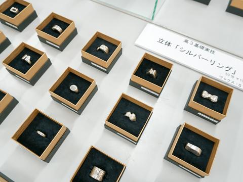 高3基礎実技で取り組む「シルバーリング」は生徒に人気の課題です。「二十歳~ハタチ~の自分に贈るリング」というテーマに沿った指輪のデザインを考え、身につけることを想定し、ワックスを使用して指輪の原型を制作します。