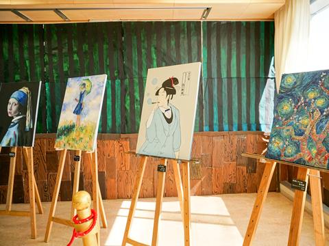 高3梅組によるクラス展示のようす。世界の名画をアレンジしたユニークな作品たちが飾られていました。