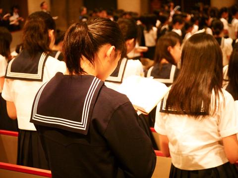 温かみのあるチャペルで行う礼拝は、生徒たちが自分を見つめる時間となっている