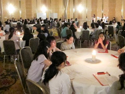 テーブルに立てたろうそくを囲み、賛美歌を歌ったり、担任が卒業生からのメッセージを朗読したりします。心地よい静寂に包まれ、日中は元気に活動していた生徒たちも静かに祈りを捧げていました。
