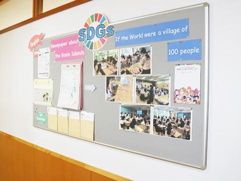 廊下には、生徒の作品やSDGsに関する資料が張り出されていました。