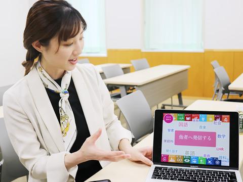 大井先生はICTプロジェクトチームの一員。中2の学年目標についてPCで分かりやすく教えてくださいました。