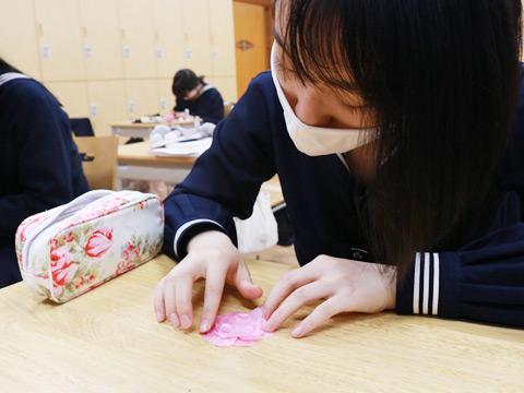 感染対策のため、生徒はそれぞれの机で、離れて作業していました。