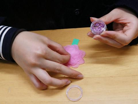 花紙を重ね合わせ、中央にラメを付けて一輪の花を作ります。