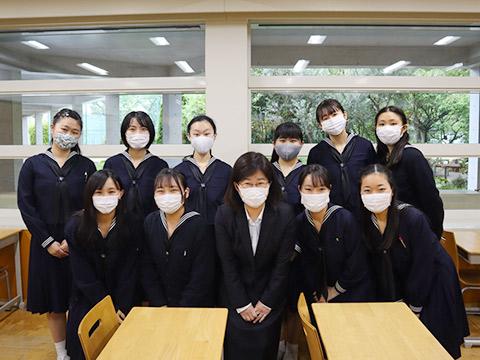 1階の教室に集まった中井先生(前列中央)とお手伝いしたい隊のメンバー