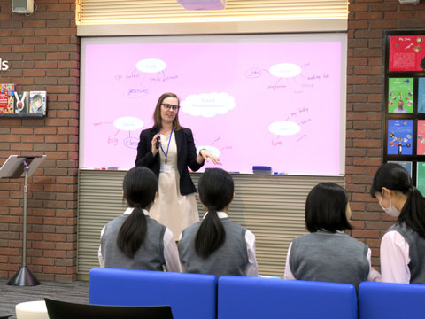 語学学習スペース『K-SALC』で行われていた、少人数制の英会話授業。