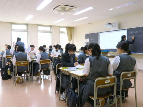 理科の問題について、班ごとに分かれて積極的に意見を交わす生徒たち。