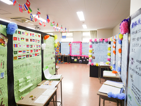 文化祭では研究成果をまとめた模造紙が壁一面に展示された。