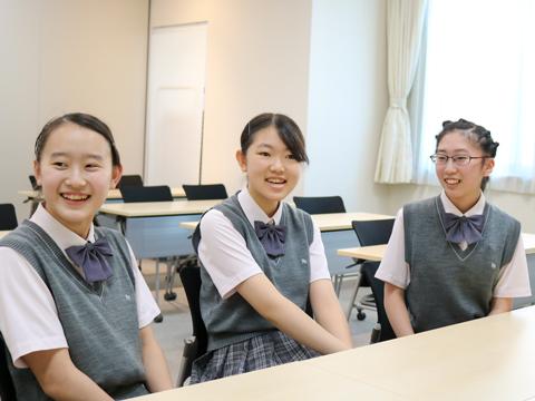 プロジェクト学習について楽しそうに語る(左から)Yさん、Kさん、Sさん。