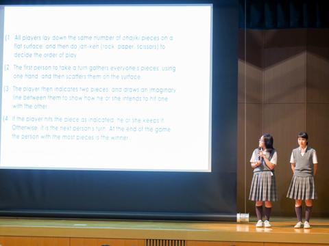 取材当日は中学生が英語で劇をしたり、日本の文化について英語でプレゼンテーションを行うグローバルビレッジの発表会。中学3年生は来年2月のニュージーランド短期留学の際、現地の方々に日本の文化を説明することを目標に、日本の食文化やお祭りなどについて調べ、英語でプレゼンテーションを行った。