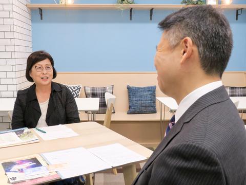 神田女学園の生徒のようすを熱心に語る校長の高橋順子先生
