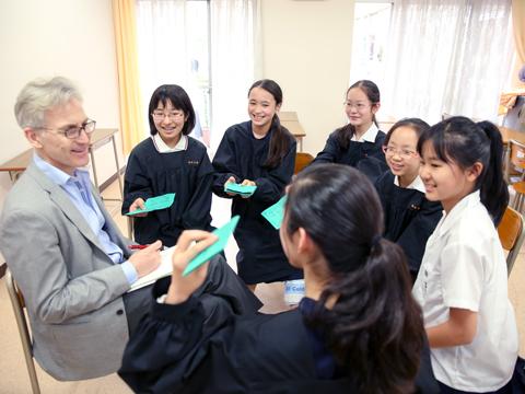 白百合学園の「外国語の部屋」には、毎日昼休みに英語とフランス語のネイティブの教員が在室。生徒は自由に来室して英語やフランス語で会話する。