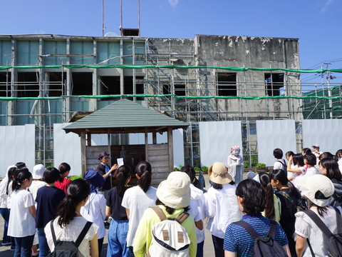 白百合学園の毎年夏休みに行う東日本大震災の被災地訪問のようす。福島県から避難している児童の学習支援なども生徒有志が主体となって実施している