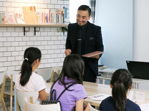 大きな声で元気に注文する参加者を見て、カルトン先生も自然と笑顔に。