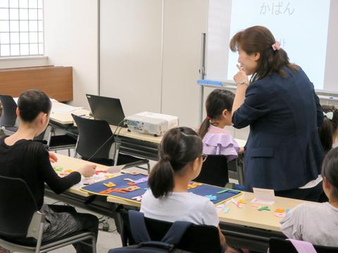 正しく組み合わせられたパズルを見て参加者を褒める梁先生。