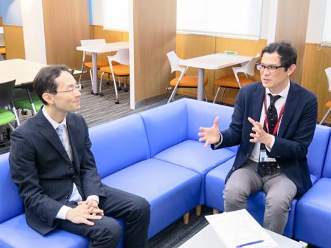 神田女学園の校長・宗像諭先生(右)と、共立女子の金井圭太郎先生。対談は神田女学園内にある語学学習に特化した自立学習スペース「K-SALC」で行われた。