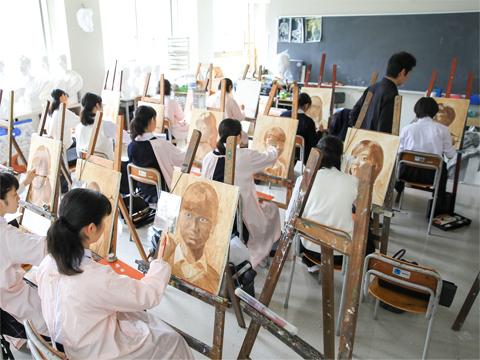 基礎技術から丁寧に教えることで才能が花開く生徒の多い美術の授業。高校では工芸や美大進学者向けの美術演習も選択できる。