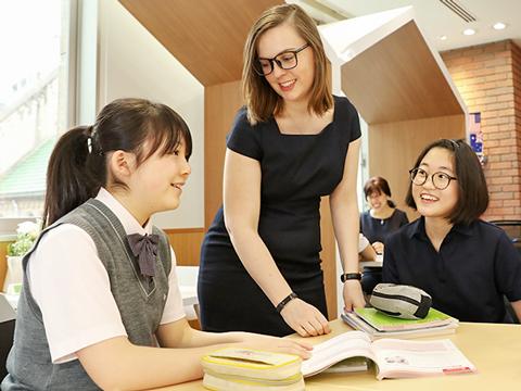 神田女学園では各教科を「言語運用能力分野」「教養理数習得分野」「国際教養研究分野」「芸術表現身体表現」と分類し、教科の枠を超えた学びを実践している。