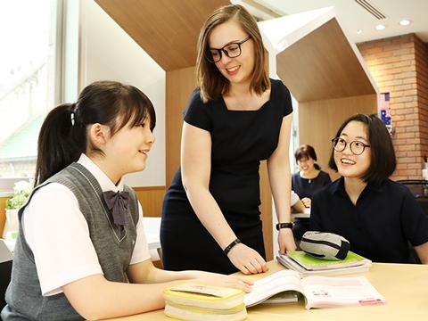 ネイテイブ講師との「英会話」、現地ネイテイブとの「オンライン英会話」、生徒の語学力向上のプログラムである「K-SALC」など、学内でも英語のアウトプットの機会が豊富に用意されている。