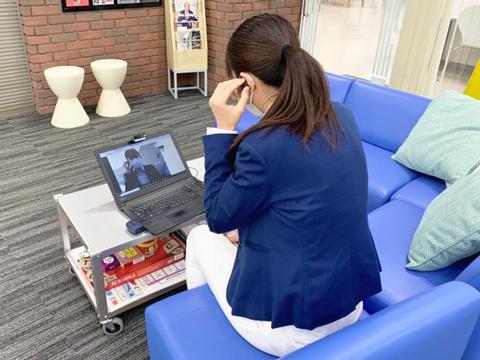 担任がクラスの生徒一人ひとりとオンラインで連絡を取り、本人の近況や学習状況を確認。