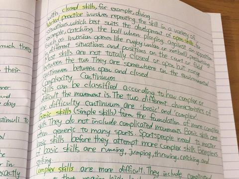 宿題用のノートには英文がぎっしり!アンナさんのたゆまぬ努力が伝わってくる。
