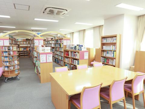 読書・学習支援だけでなく、生徒に寄り添い、リラックスできる場として人気の図書室