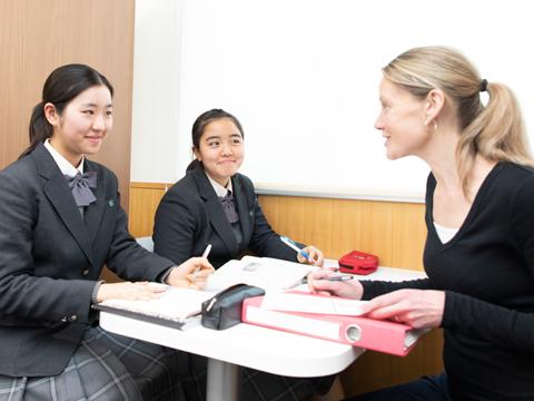 ネイティブ教員が多数在籍し、マンツーマンレッスンも受けられる環境。