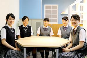 今回お話を伺った高校2年生 T.Iさん、高校3年生 K.Mさん、中学2年生T.Iさん、M.Kさん、K.Aさん(左から)