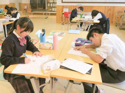 職員室前のスペースで自主勉強に励む生徒たち