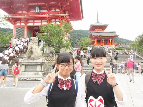 2年次修学旅行。清水寺の正門「仁王門」にて。
