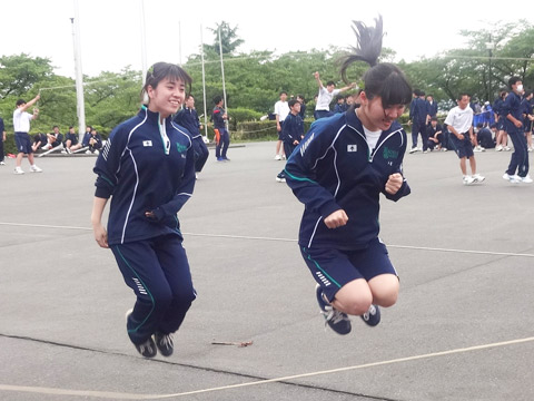 レクリエーションを楽しむ冨永さんと卜蔵さん
