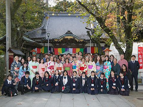 インターナショナルフレンドシップウィークで訪れたたくさんの方と交流する生徒たち