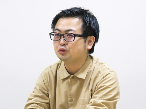 インタビューに答える鴨川先生