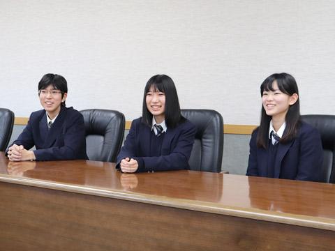 インタビューに笑顔で答える3人