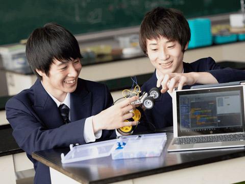 プログラミングで動かすロボットを組み立てる生徒たち