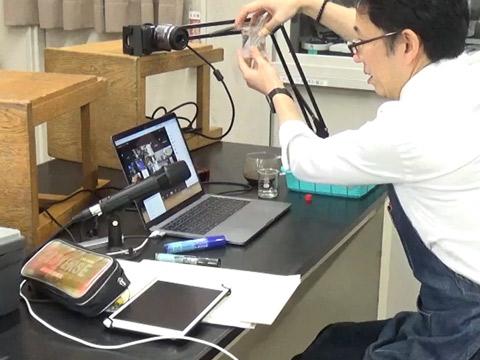 理科の実験をオンラインで指導。実施内容は安全面に配慮したもの