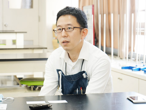 自然科学部顧問で中学3年生担任の岩上敏雄先生