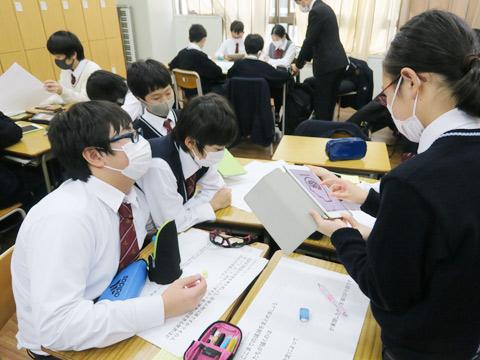 ストーリーを創作するため議論する生徒たち。