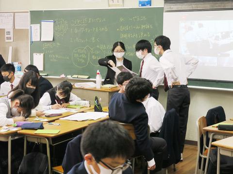 メンターから助言を受ける生徒たち