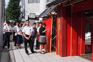 「門」の前で開演を待つ行列