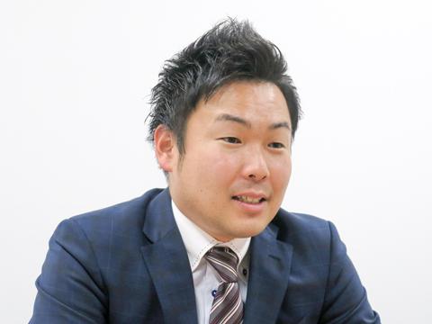 明るい笑顔で生徒を導く天野先生。