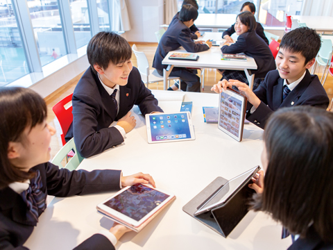 一人一台支給されるipadは、ほとんどの授業で使用される。月ごとの勉強の合計時間の把握や日々の宿題にも活用されている。
