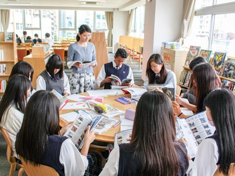 校内大学説明会のようす。中学生の段階で大学の情報を得ることで、日本大学への進学はもちろん国公立受験など、じっくりと進路の検討が可能となる。