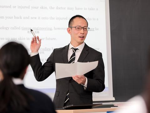 進路指導部副部長でもある英語科主任の寺元先生。