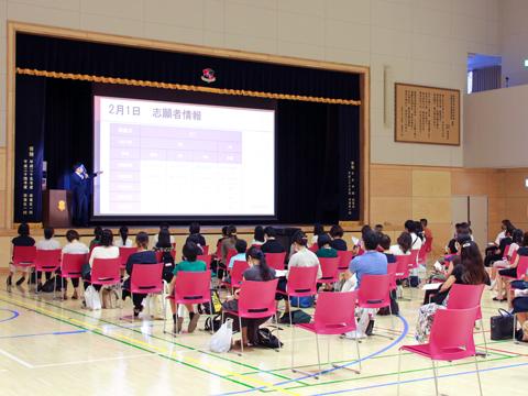 8月に開催された学校説明会。